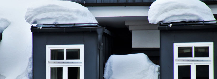 Bezpieczne odśnieżanie dachów zabezpieczenie terenu
